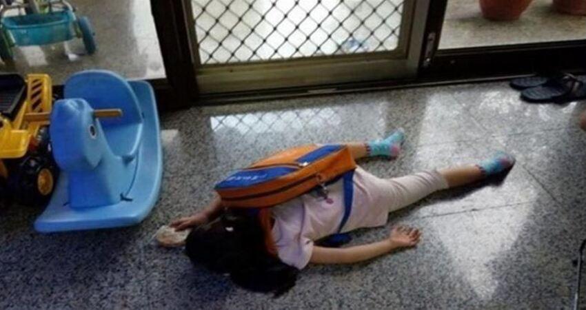 開學第一天!女兒返家秒趴地像斷電一樣,親爸見「命案現場」笑瘋