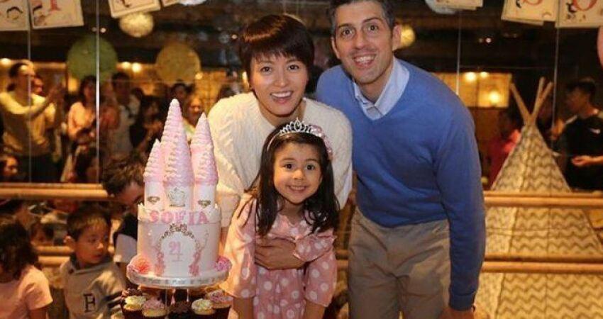 梁詠琪逛街老公全程抱著女兒,父女倆長得超像,一家人幸福溫馨
