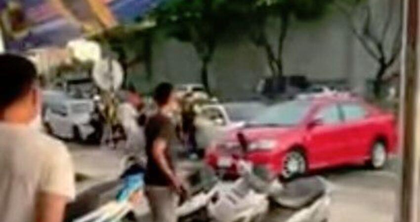 現場直擊!酒駕女無視警 竟3度開車欲撞人