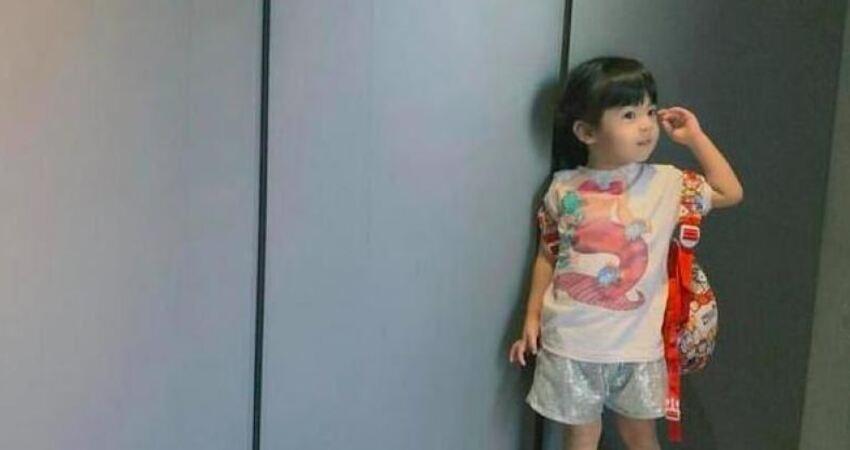 波妞早起上學無精打采,對鏡用卻用雙手擠出笑容咘咘超開心