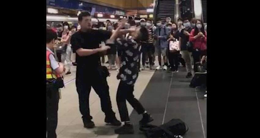 沒戴口罩被勸離捷運站,屁孩玻璃心碎朝特勤揮拳反被壓制放倒!