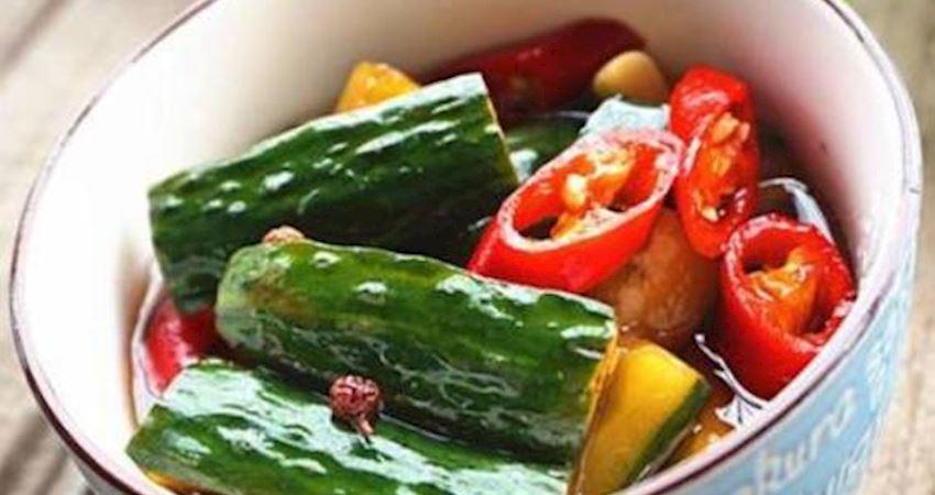73歲奶奶說:醃黃瓜時,撒上鹽,黃瓜翠綠入味,放半年也不壞
