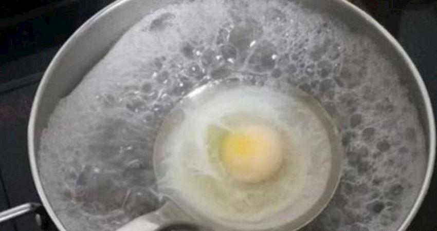 荷包蛋總是散開有白沫,記住這個小技巧,雞蛋圓潤完整