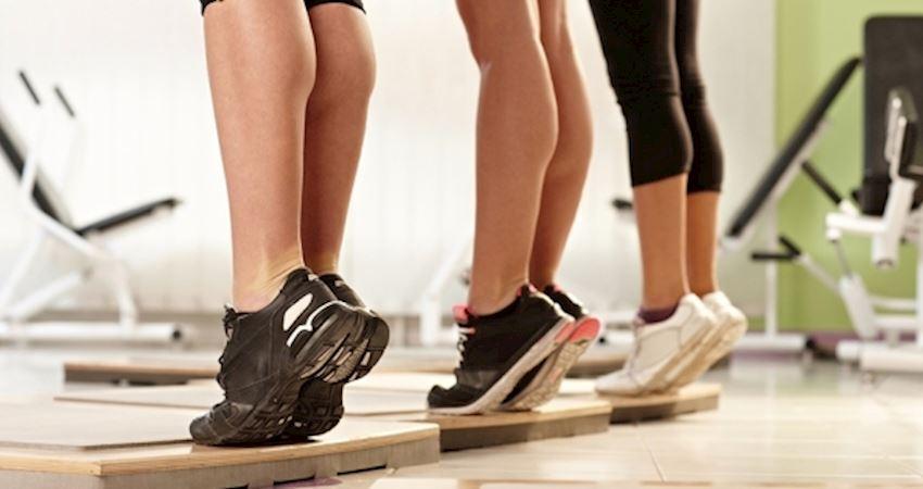 一個動作專治「腰酸、坐不久的問題」 只要「踮腳」就能練腰椎強腎氣