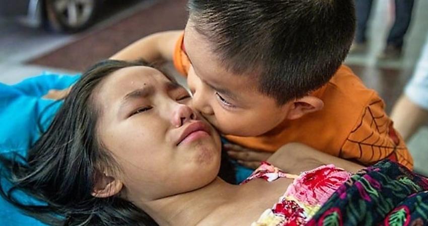 被父母棄而不顧…姊摔破腎爆哭 7歲弟安慰:別哭,妳還有我呢!