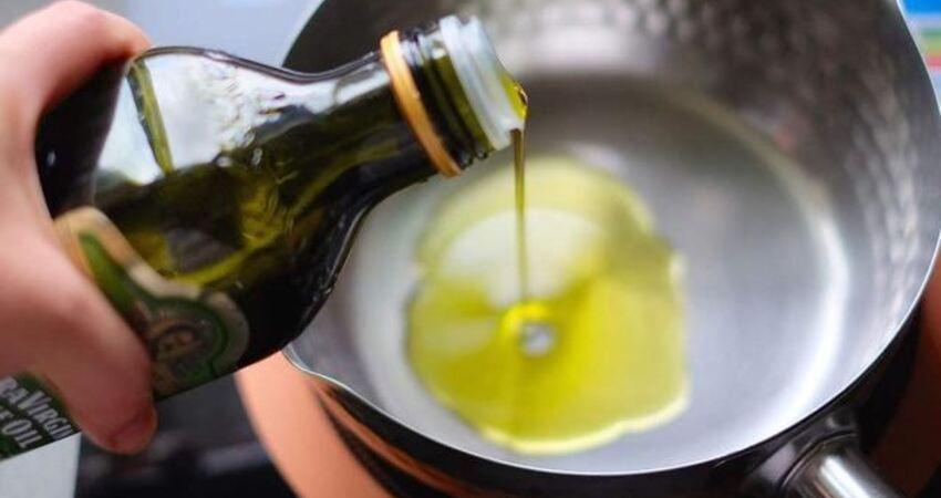 橄欖油可以用來炒菜嗎?營養師:高溫環境下,部分營養素會被破壞