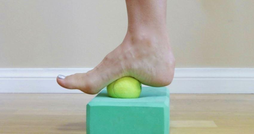 腳踩網球按摩很有感! 6個必學「舒緩所有腳部問題」居家拉伸動作