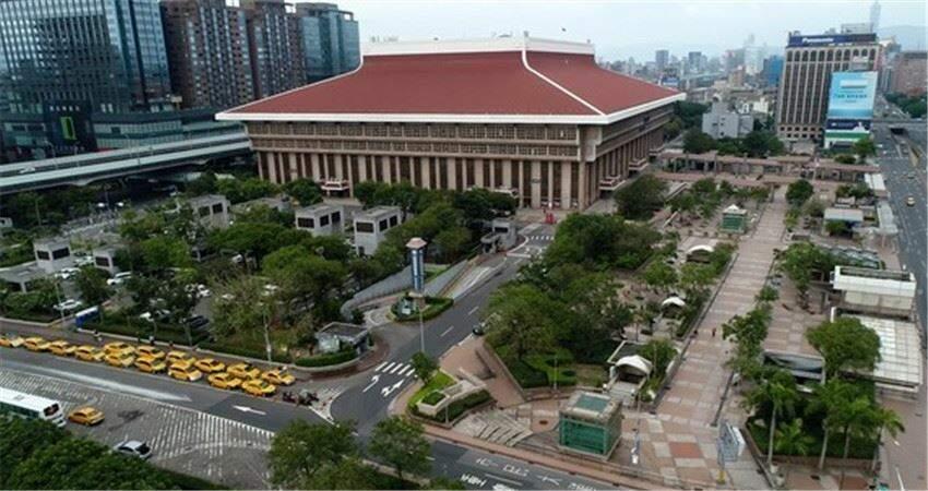 直擊假日的台北鬧區街頭宛如空城只剩計程車