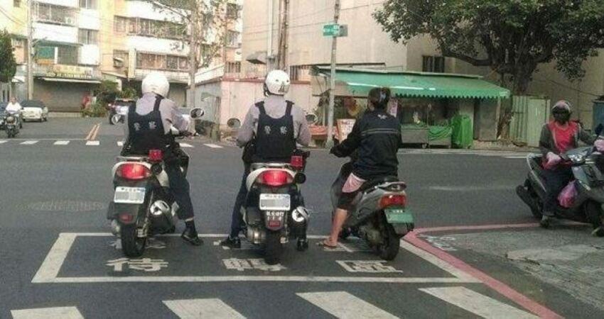 騎車忘戴安全帽!他「就地取材」神偽裝想騙警察,網友全笑炸:「這一定當兵當太久」!