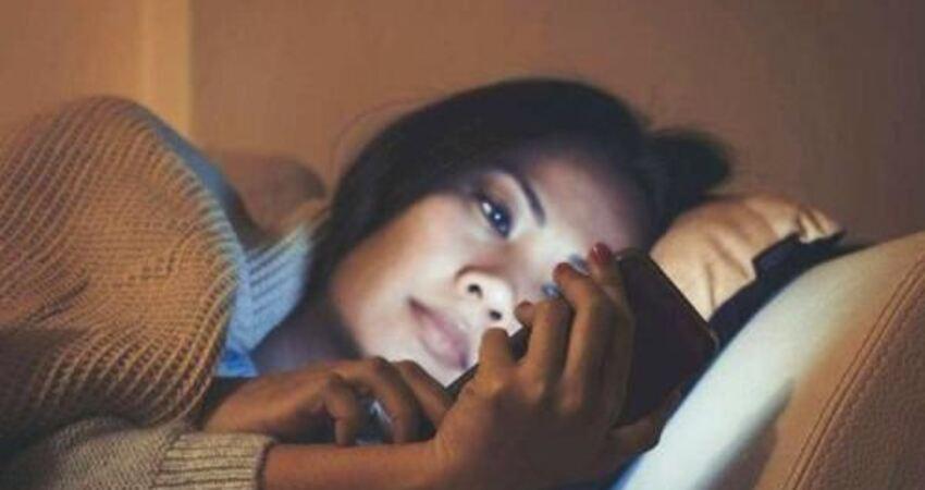 睡前愛玩手機的人,如果出現口臭、尿黃、精神萎靡,要注意護肝了