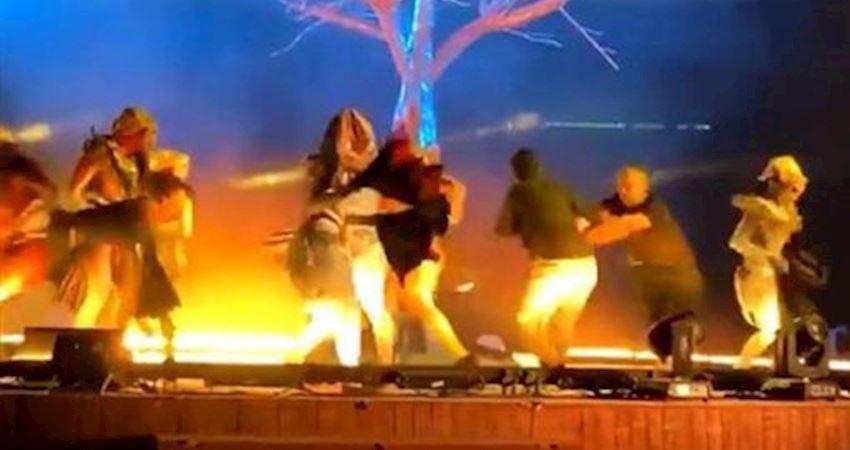 男衝上台狠刺3藝人血狂濺觀眾驚逃