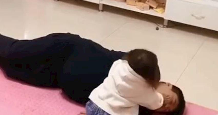影/爸爸暈倒怎麼辦?女童下秒舉動網笑瘋