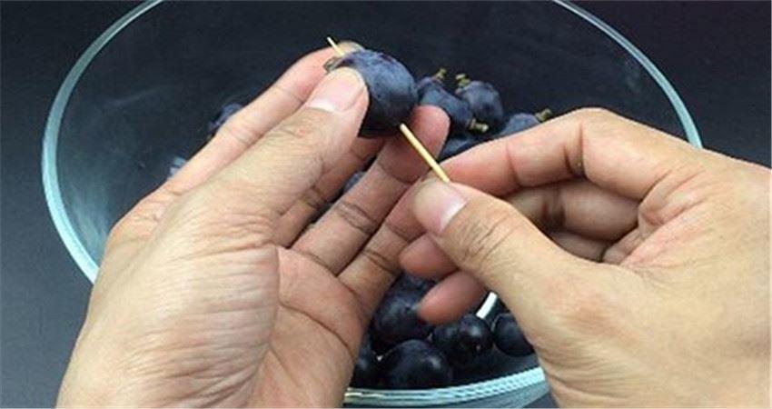 葡萄上插「一根牙籤」,真的非常方便,吃了幾十年葡萄才知道!