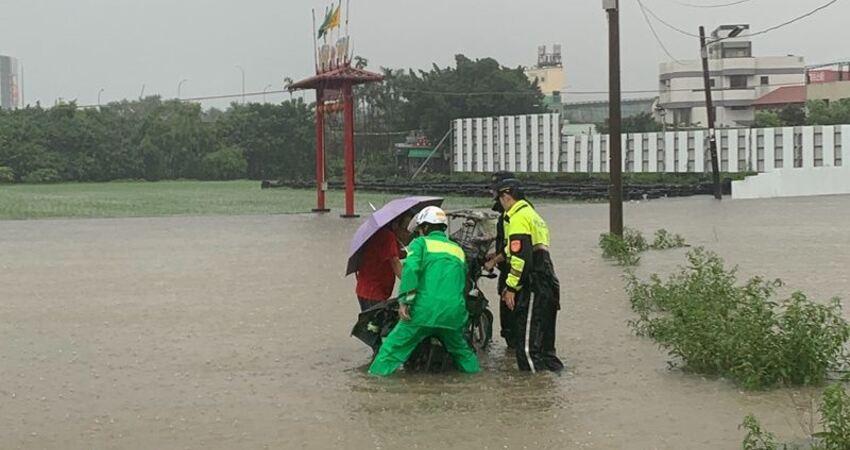 台南豪雨大淹水黃偉哲宣布今停班課
