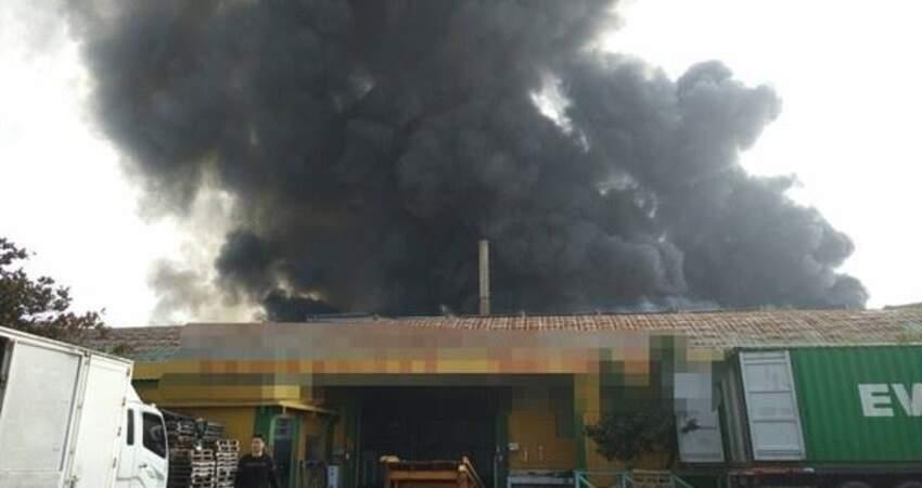 彰化黑煙竄天超驚悚!鐵皮工廠囤塑膠起火燃燒 19消防車灌救中