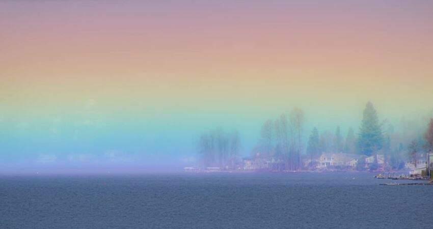 是七彩小鎮!攝影師拍下「彩虹籠罩湖面」 夢幻奇景網驚嘆:根本童話世界