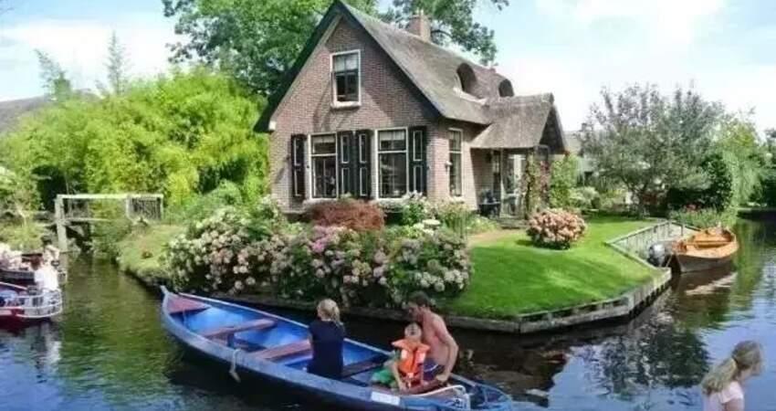 這個小鎮沒有路,卻被譽為「荷蘭威尼斯」,推窗就是童話仙境