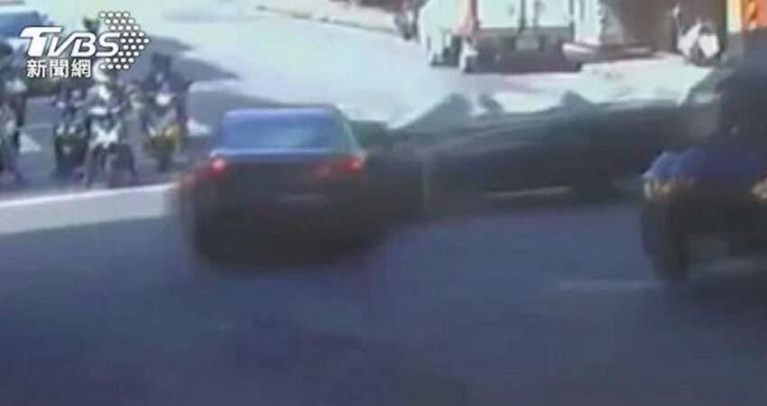 敞篷車「衝進爌肉店」3員工傷疑闖燈撞車撞店