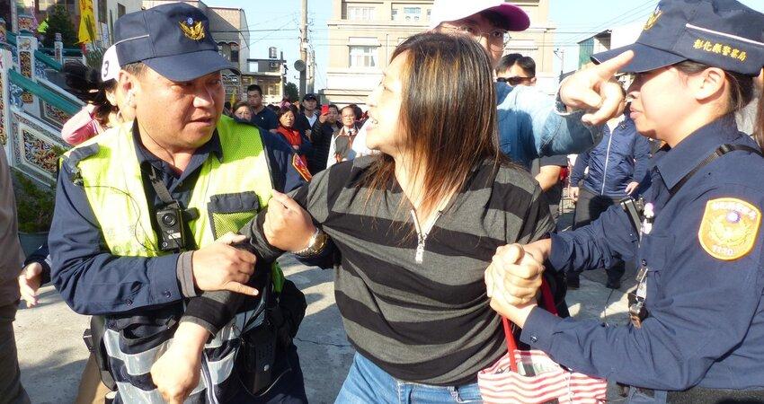 國道收費員丟衣抗議 總統險遭砸中