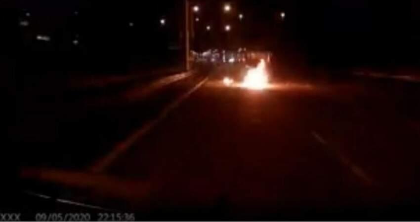 男子晚上開車外出·轎車險遭汽油彈砸中