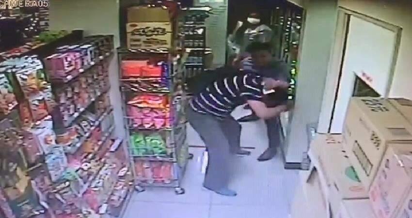 又見隨機攻擊!男子在台北東區某超商突然攻擊毆打其他客人,還若無其事買飲料離去