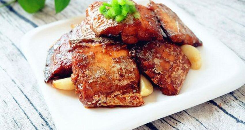 做紅燒帶魚時,帶魚又腥又油膩?試試加入「它」,乾淨又美味