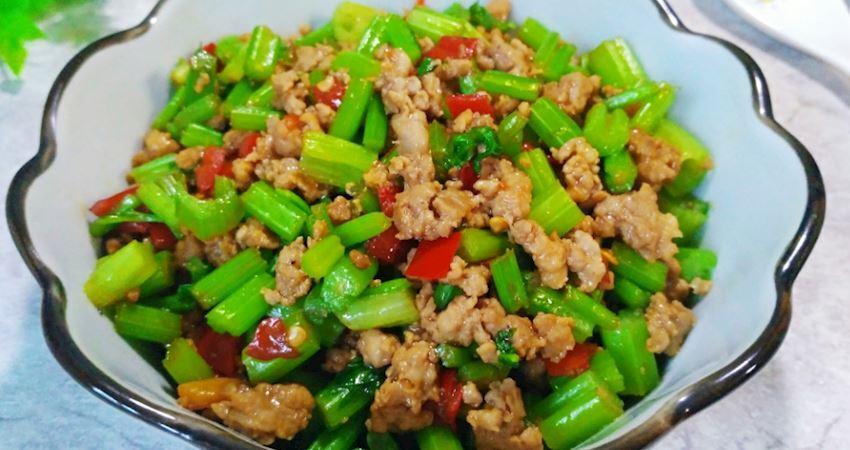 老年人想吃芹菜又怕嚼不動,這個做法,鮮美爽脆,不塞牙