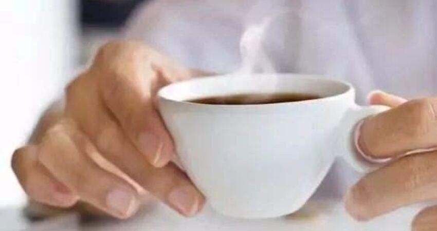 秋冬感冒後,喝熱水能退燒嗎?倒不如適當喝些淡鹽水,補充電解質