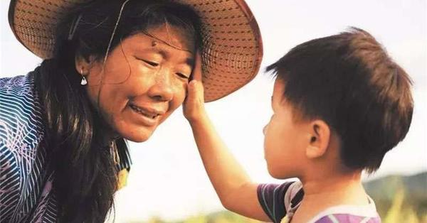 媽媽聽到兒子偷錢後急忙趕往學校,但她的處理方式卻把老師氣瘋…兒子也痛哭了!