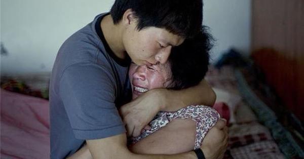 兒子一進門發現妻子竟然對媽媽在做這件事!但後來...兒子的反應卻也讓很多人都哭了!!