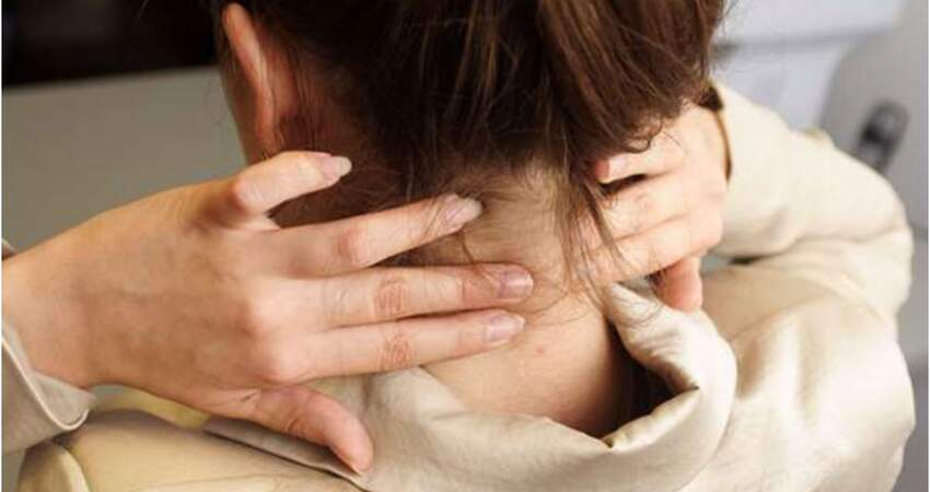 透過「轉脖子」來舒緩脖子僵硬...物理治療師直言,這是在「自殘」,一個不小心可是會「癱瘓」啊!