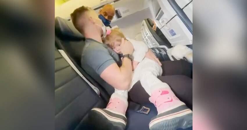 2歲女兒哭鬧不戴口罩!全家「列黑名單」被趕下機 媽媽當場哭癱了