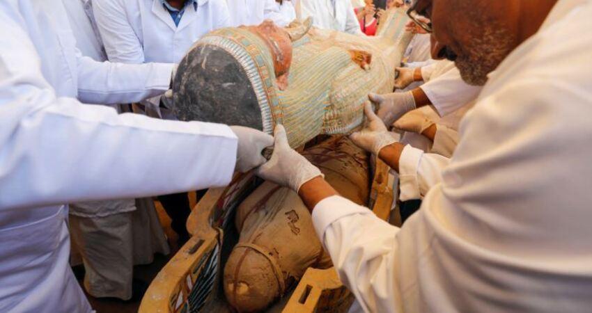 新出土3000年墓群「開棺」古埃及木乃伊完好現身