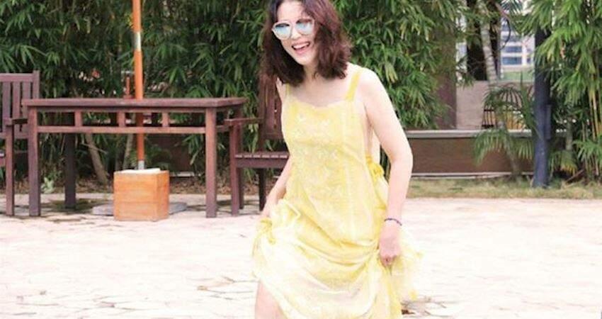曾經的女神,53歲周海媚「保鮮」又敢穿,圍巾裙卻配波浪捲