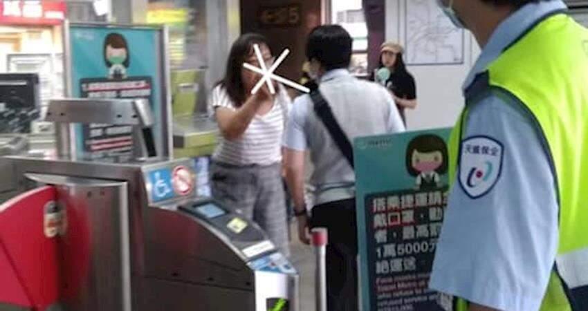 """捷運不戴口罩怒嗆人員又一樁 婦人:「你們也不能罰我!憑什麼!我""""手上""""有口罩啊!」"""