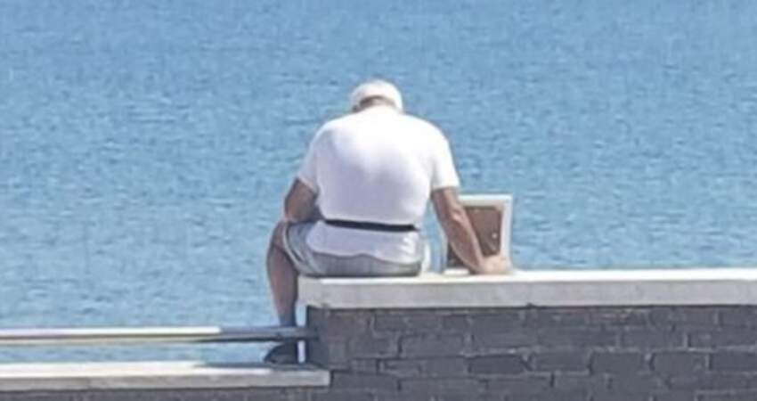 老爺爺每天「帶妻子照片看海」 路人拍下滄桑背影「流露50年摯愛」感動網友:這才是真愛!