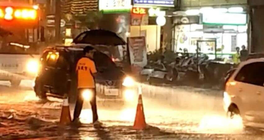 台南水淹半個輪胎高!他獨撐傘「站路口指揮交通」 網友曝「他還有做更暖的事」讚最美的風景