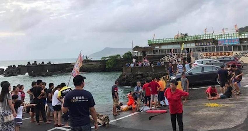 休旅車駛入漁港內,居民見狀即刻救援,把人成功救上岸。
