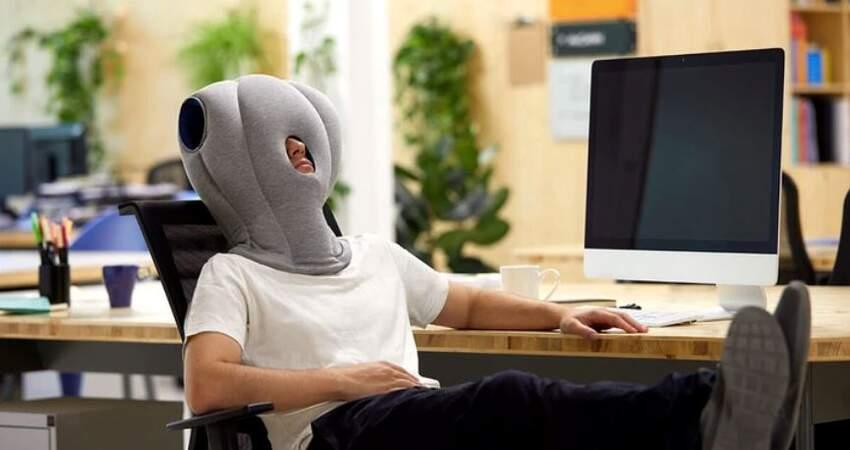 上班族必備!午睡神器「鴕鳥枕頭」質地超輕柔 完美包覆頭頸「小睡0負擔」