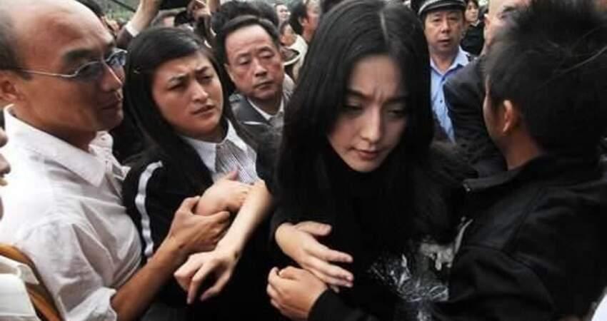 趙薇范冰冰一生難以忘懷的男人,參加葬禮2人情緒失控,哭成淚人