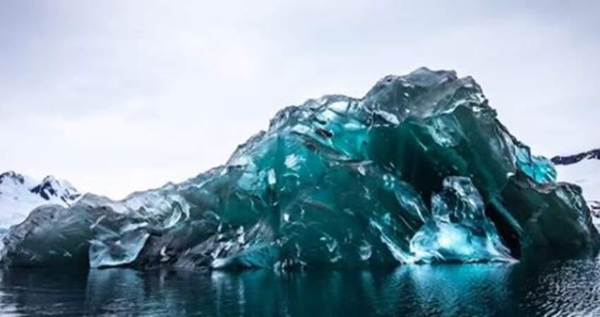 冰山底下長什麼樣?攝影師驚喜遇到「翻轉冰山」 「漂浮藍寶石」美到屏息