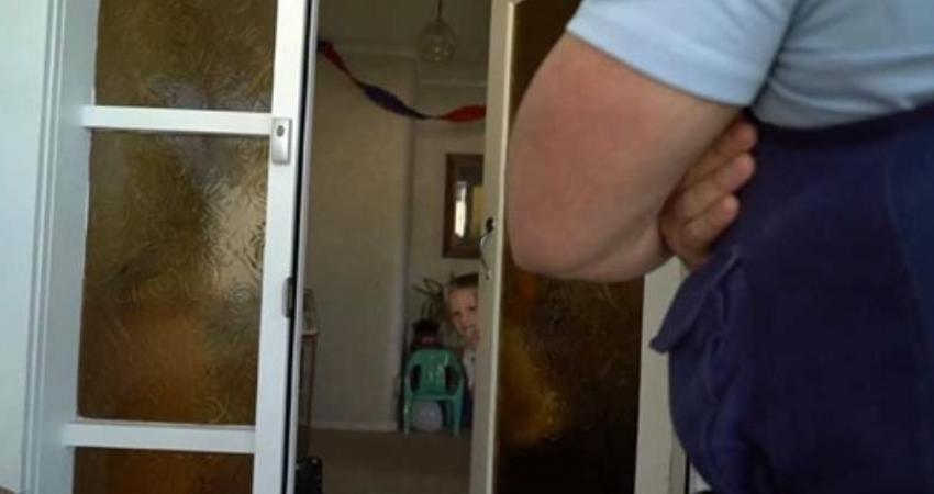 4歲男童狂打電話報警:「可以參加我的生日趴嗎?」 當天「一群警察來敲門」神發展暖翻全國