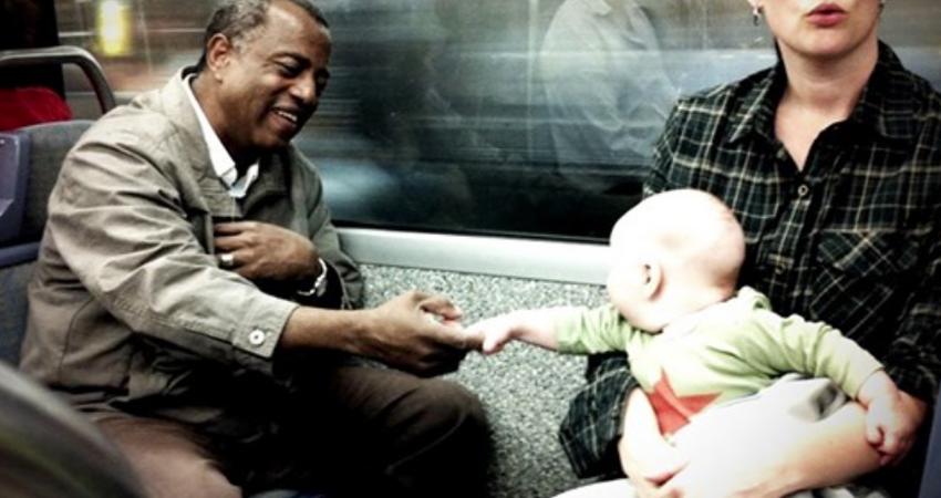 種族歧視非天生! 白人嬰兒「主動牽黑人手」突破黑白隔閡 9年後「兩人再度團聚」超感動