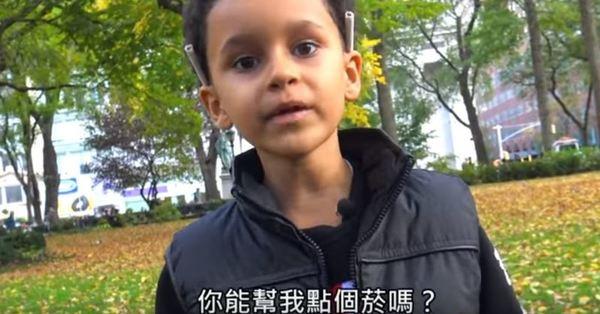 當你遇到10歲男孩在路上向你借火點菸時,你會怎麼做? 最後男孩哭泣的原因太發人省思了!