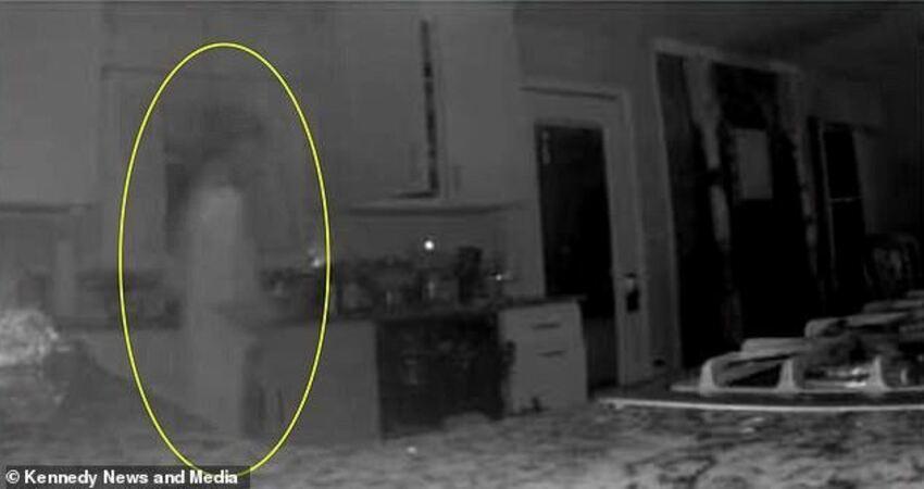 美國母親接監控警報後在廚房拍到靈異照片,鬼影疑似去世2年兒子