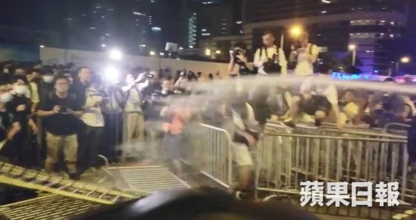 【送中惡法】立法會深夜爆發大衝突 警員血流滿面