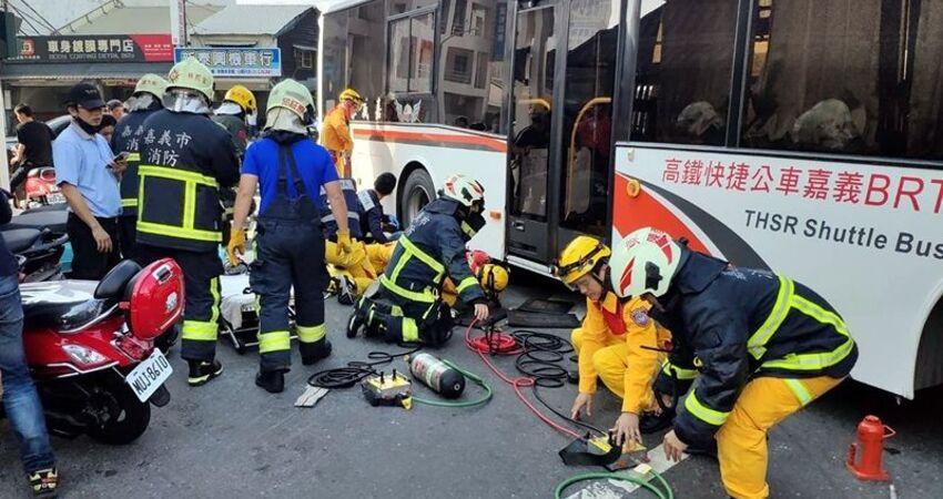 嘉義公車擦撞機車 女騎士遭捲入車底命危
