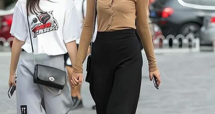 褐色襯衣配黑色闊腿褲,風度十足,又不失休閒時尚之美