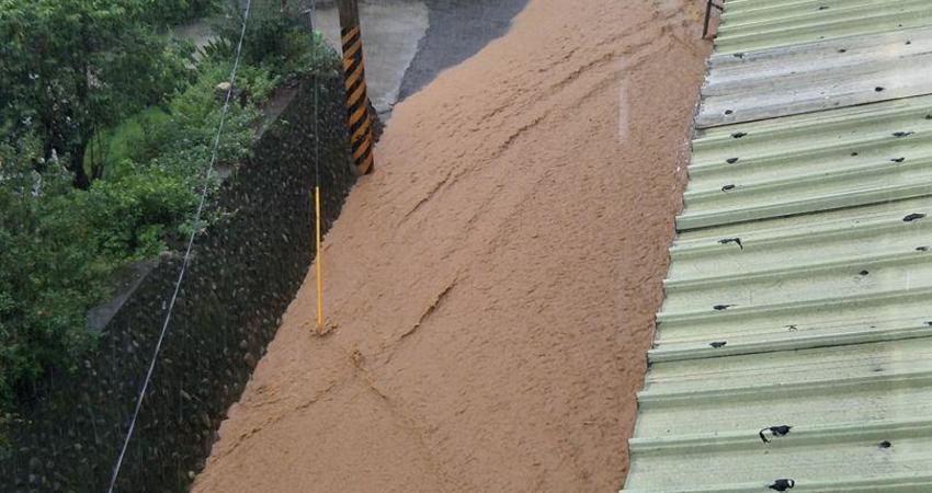 滯留鋒面及西南氣流影響,降下豪大雨,彰化縣社頭鄉山腳路泥河滾滾,請居民多加小心防範
