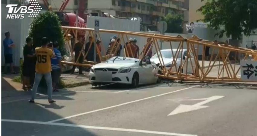 工地吊車吊臂倒塌 壓扁路邊百萬賓士車